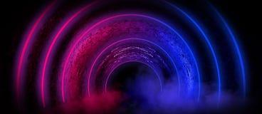Fundo de uma sala escura vazia com um assoalho concreto, círculos de néon coloridos no centro foto de stock royalty free