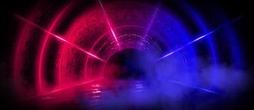 Fundo de uma sala escura vazia com um assoalho concreto, círculos de néon coloridos no centro fotos de stock