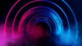 Fundo de uma sala escura vazia com um assoalho concreto, círculos de néon coloridos no centro imagem de stock