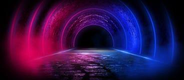 Fundo de uma sala escura vazia com um assoalho concreto, círculos de néon coloridos no centro fotos de stock royalty free