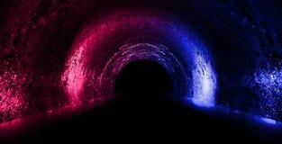 Fundo de uma sala escura vazia com um assoalho concreto, círculos de néon coloridos no centro foto de stock
