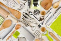 Fundo de utensílios da cozinha na mesa de cozinha de madeira Imagem de Stock