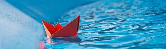 Fundo decorativo azul e alaranjado do navio de papel para o curso imagem de stock