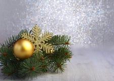 Fundo decorativo com ramos do abeto e as bolas vermelhas na prata Conceito do feriado do cartão de Natal imagem de stock