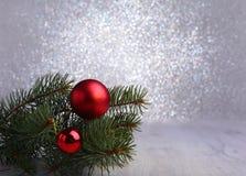 Fundo decorativo com ramos do abeto e as bolas vermelhas na prata Conceito do feriado do cartão de Natal foto de stock royalty free