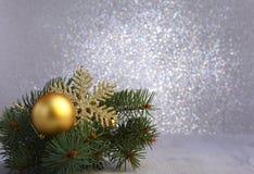 Fundo decorativo com ramos do abeto e as bolas vermelhas na prata Conceito do feriado do cartão de Natal fotografia de stock