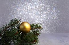 Fundo decorativo com ramos do abeto e bolas do ouro na prata Conceito do feriado do cartão de Natal fotos de stock