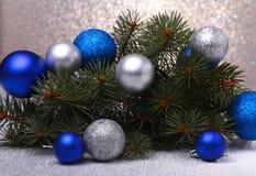 Fundo decorativo com ramos e bolas do abeto na prata Conceito do feriado do cartão de Natal fotos de stock