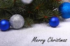 Fundo decorativo com ramos e bolas do abeto na prata Conceito do feriado do cartão de Natal fotografia de stock