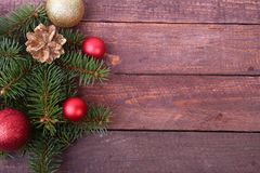 Fundo decorativo com ramos e bolas do abeto na prata Conceito do feriado do cartão de Natal foto de stock