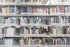 Fundo defocused abstrato Livros na biblioteca de universidade Tema da instrução imagem de stock royalty free