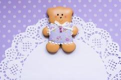 Fundo do às bolinhas com um urso do mel-bolo e um guardanapo Imagem de Stock