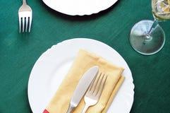 Fundo do ajuste da tabela dos feriados, com toalha de mesa verde Fotos de Stock