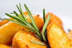 Fundo do alimento com a batata e salsa fritadas deliciosas, fim-u fotografia de stock royalty free