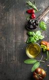 Fundo do alimento com vegetais, ervas e condimento Azeitonas pretas gregas, manjericão fresca, sábio, alecrim, tomate, pimentas imagens de stock