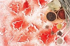 Fundo do alimento do Natal - especiarias secas diferentes em umas bacias de madeira no teste padrão vermelho das árvores de Natal Imagens de Stock Royalty Free