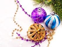Fundo do ano novo com bolas da decoração Imagens de Stock Royalty Free