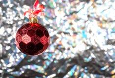 Fundo do ano novo com uma bola vermelha Imagem de Stock
