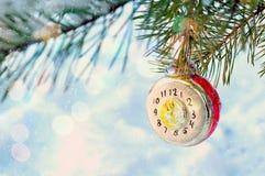 Fundo do ano novo e do Natal - brinquedo de vidro do Natal do ano novo no ramo de árvore nevado do abeto Cartão festivo do ano no Imagem de Stock