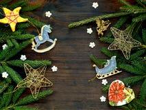 Fundo do ano novo e do Natal Cartão com ornamento do xmas, ramos das coníferas Conceito dos feriados de inverno Espaço para o tex Fotos de Stock