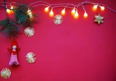 Fundo do ano novo feliz Anjo do Natal em um ramo do pinho fotos de stock royalty free
