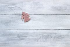 Fundo do ano novo ou do Natal: anjo em um fundo de madeira branco Cartão Fotografia de Stock