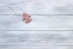 Fundo do ano novo ou do Natal: anjo em um fundo de madeira branco Cartão Vista superior, espaço da cópia Fotografia de Stock