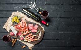 Fundo do Antipasto Aperitivos italianos tradicionais com vinho tinto imagem de stock royalty free