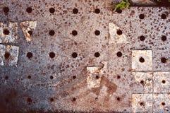 Fundo do assoalho concreto cinzento arrastado e riscado velho escurecido com os restos de telhas e de oxidação de assoalho imagens de stock royalty free