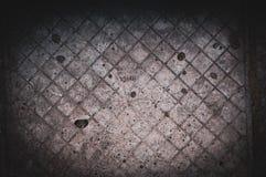 Fundo do assoalho concreto cinzento arrastado e riscado velho escurecido com traços de telhas de assoalho fotos de stock royalty free