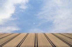 Fundo do assoalho do céu e da madeira Fotografia de Stock