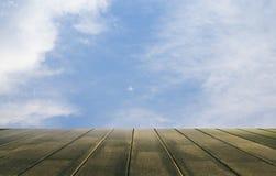 Fundo do assoalho do céu e da madeira Fotos de Stock