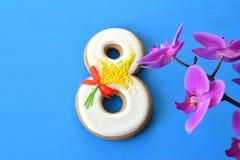 Fundo do azul 8 de março do pão-de-espécie e da orquídea Imagens de Stock