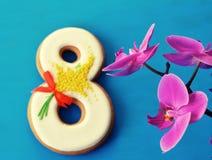 Fundo do azul 8 de março do pão-de-espécie e da orquídea Imagens de Stock Royalty Free