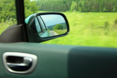 Fundo do borrão de movimento do espelho retrovisor do carro da estrada Imagens de Stock