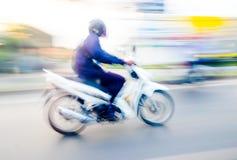 Fundo do borrão de movimento: motocicleta vermelha que corre na estrada, borrada Fotos de Stock Royalty Free