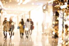 Fundo do borrão do shopping com luzes do feriado imagens de stock