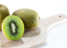 Fundo do branco de Kiwi Fruit Fotografia de Stock