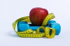 Fundo do branco do peso e da maçã foto de stock