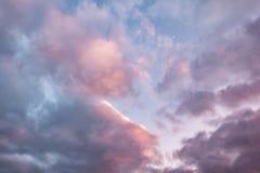 Fundo do céu azul com as nuvens de altostratus de rolamento encaracolados macias do altocumulus da noite com sol de ajuste Bom te fotografia de stock