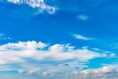Fundo do céu azul com as nuvens minúsculas no verão da estação Imagens de Stock Royalty Free