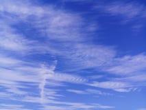 Fundo do céu azul com nuvens brancas fotografia de stock
