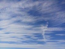 Fundo do céu azul com nuvens brancas imagem de stock royalty free