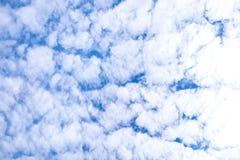 Fundo do céu azul com nuvens e luz do sol foto de stock