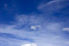 Fundo do céu azul com nuvens minúsculas Imagens de Stock