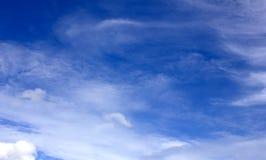 Fundo do céu azul com nuvens minúsculas Foto de Stock Royalty Free