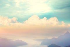 Fundo do céu azul e da montanha imagem de stock