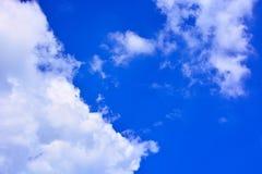 Fundo do céu azul e das nuvens Imagem de Stock
