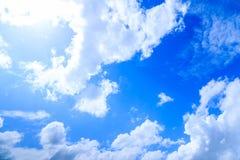Fundo do céu azul do verão, nuvens brancas e destaque do sol dentro Foto de Stock