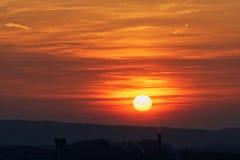 Fundo do céu colorido: Por do sol dramático com o céu e as nuvens crepusculares da cor Fotos de Stock